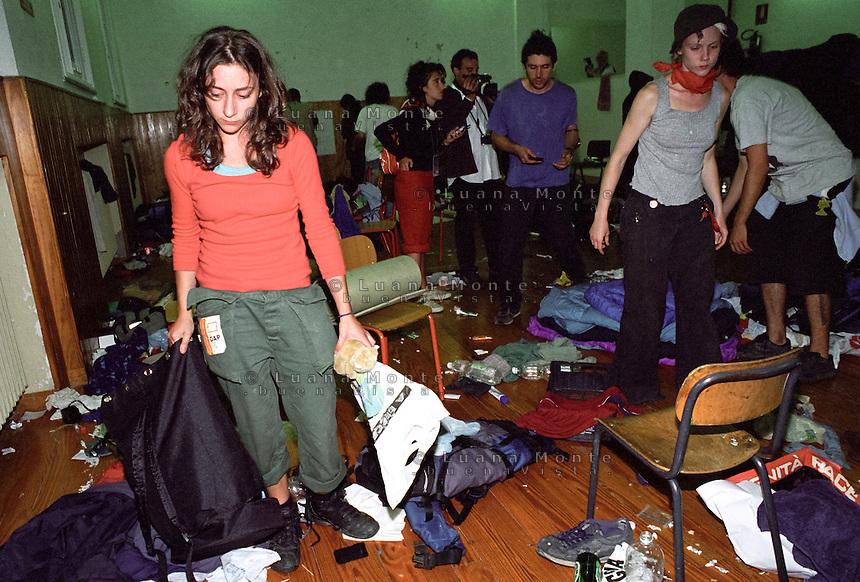 - Genova G8 2001, manifestazioni contro il summit. La scuola Armando Diaz nella notte della perquisizione delle forze dell'ordine...- Genoa G8 2001, Demonstration against the summit. Armando Diaz school during the night of the police search.