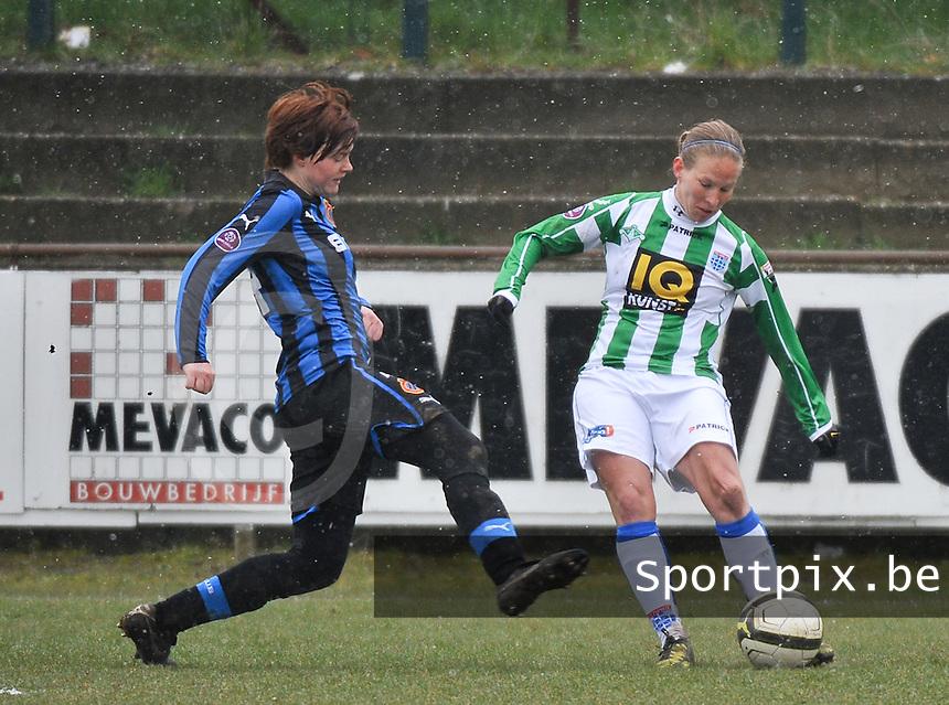 Club Brugge Dames - PEC Zwolle :  Sylvia Smit aan de bal voor Jolien Nuytten.foto DAVID CATRY / Vrouwenteam.be