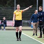 UTRECHT -   Scheidsrechter Ymke van Slooten  geeft groene kaart tijdens de hockey hoofdklasse competitiewedstrijd dames:  Kampong-Laren (2-2). COPYRIGHT KOEN SUYK