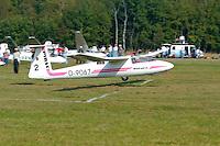 Pirat: EUROPA, DEUTSCHLAND, HAMBURG 24.09.2005:Bundesjugendvergleichsfliegen 2005 in Hamburg Boberg, Segelflugzeug, Pirat im Landeanflug, Ziellandung