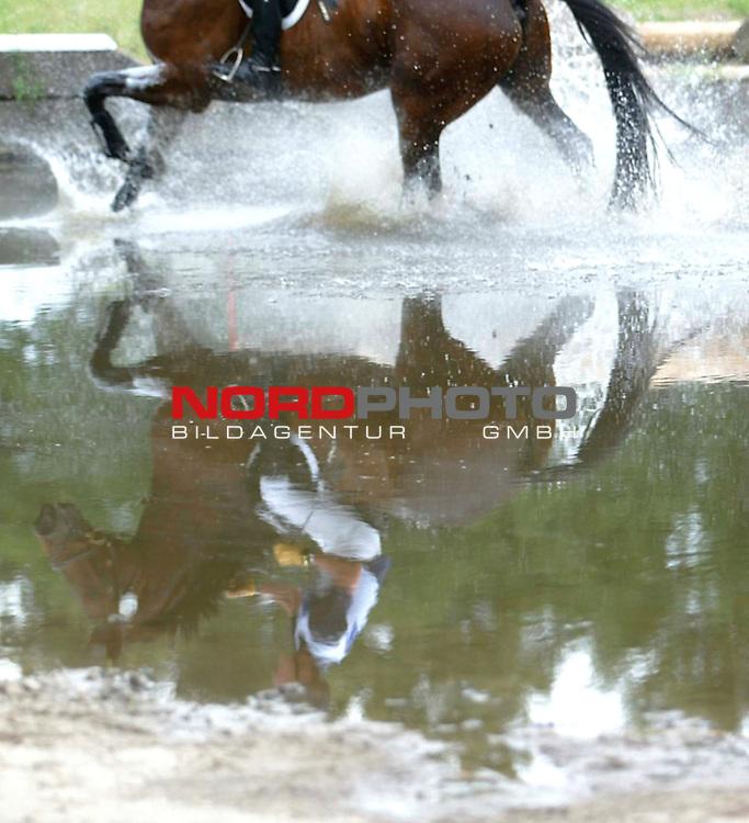 Reiten <br /> Deutsche Meisterschaft der Vielseitigkeitsreiter in Luhmuehlen<br /> Gelaendestreckenpruefung<br /> Feature Wasser - Spiegelung Reiter und Pferd im Wasser<br /> Foto &copy; nordphoto / Anja Heinemann<br />  *** Local Caption *** Foto ist honorarpflichtig! zzgl. gesetzl. MwSt.<br />  Belegexemplar erforderlich<br /> Adresse: nordphoto<br /> Georg-Reinke-Strasse 1<br /> 49377 Vechta