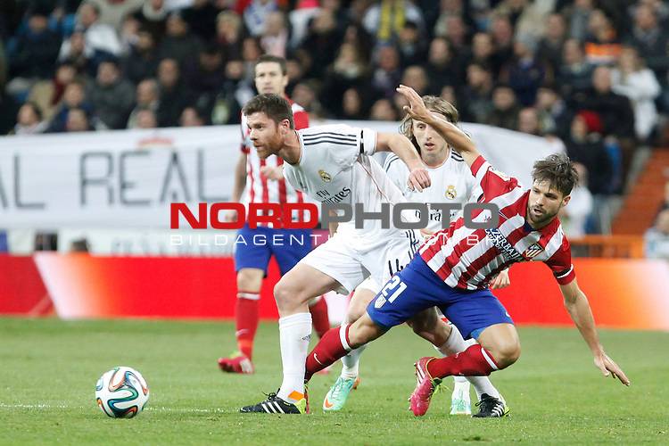 Real Madrid¬¥s Xabi Alonso (L) and Atletico de Madrid¬¥s Diego (R) during King¬¥s Cup (Copa del Rey) semifinal match in Santiago Bernabeu stadium in Madrid, Spain. February 05, 2014. Foto © nph / Victor Blanco)