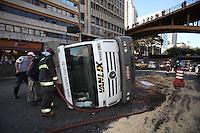 SAO PAULO, SP, 24/08/2012, TOMBAMENTO CAMINHAO DE LIXO. Um caminhao de lixo tombou na manha de hoje 24/ 08 na saida do Tunel do Anhagabau no sentido da Z. Norte. Segundo informacoes, ninguem ficou ferido. O reflexo do acidente deixa um transito travado at'e as proximidades do aeroporto de Congonhas. Luiz Guarnieri/ Brazil Photo Press.