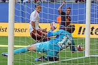1:2 durch Deulofeu (hinten), wobei sich Adler den Ball selbst ins Netz prallen liess. Jeffrey Bruma kam zu spaet..Hamburger SV - FC Barcelona..Hanwha Solar Cup, IMTECH-Arena, 24. Juli 2012..© MSSP - MICHAEL SCHWARTZ SPORTPHOTO, Postfach 501129, 22711 Hamburg,  Tel: 0171-6460044, www.mssp.biz  -  www.schwartz-photo.de..LIEFERUNG ZU UNSEREN AGB - KEINE WEITERGABE AN DRITTE ODER VERKAUF OHNE UNSERE GENEHMIGUNG - Volles Honorar o. Abzug + 7% MwSt. -..Konto Postbank Hamburg 546027200 - BLZ 20010020 ..Steuer-ID: DE225222405..