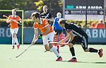 BLOEMENDAAL   - Hockey -  2e wedstrijd halve finale Play Offs heren. Bloemendaal-Amsterdam (2-2) . A'dam wint shoot outs. Manu Stockbroekx (Bldaal) met Billy Bakker (A'dam).  COPYRIGHT KOEN SUYK