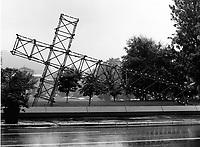 La croix du Mont Royal sur la rue Sherbrooke de Pierre Ayot et Denis Forcier.<br /> R»plique renvers»e de la croix illumin»e du Mont-Royal qui domine Montr»al. Photographie de l'installation qui provient de l'exposition Corridart dans la rue Sherbrooke. Photographie de Gabor Szilasi, reproduite avec sa permission.<br /> Juillet 1976.<br /> Source : Universit» Concordia, Service des archives, P211-02-1.