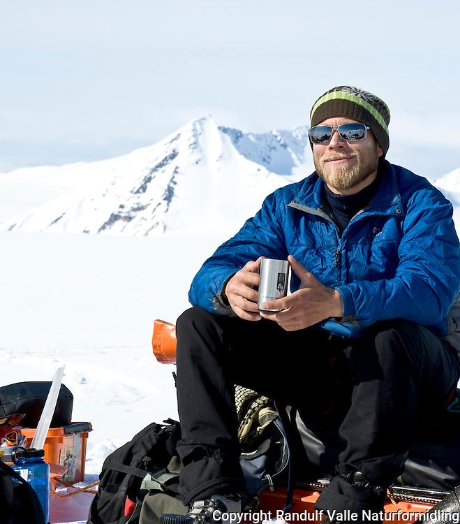 Mann slapper av med kaffe på Borebreen, Svalbard. ---- Man relaxing on Svalbard.