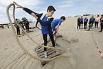 Foto: VidiPhoto<br /> <br /> HOENDERLO – Fanatiek tot op het bot vochten 330 vwo-leerlingen van zeven Nederlandse scholen donderdag hun Highland Games uit in het mulle zand van de Hoge Veluwe. Het was de zevende editie van deze prestigieuze strijd, bedacht door Het Nationale Park De Hoge Veluwe. Doel is om schooljeugd op een actieve en sportieve manier kennis te laten maken met het park. Dat gebeurt op een wijze zoals vroeger Schotse clans het ook tegen elkaar opnamen, via traditionele spelen als bijvoorbeeld boomstamzagen, zandzak- en boomstamwerpen. Omdat het 'Schotse' spelen zijn, is de competitie alleen bedoeld voor leerlingen die tweetalig onderwijs volgen. De voertaal was donderdag (zoveel mogelijk) Engels.