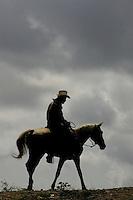 Despues de una ardua jornada arreando su peque-o ato de vacas,  don Javier Gac'a, regresa a su ranchito ubicado en el ejido el buey, con su cansada silueta sobre el nublado horizonte que vaticina que las lluvias seguiran.