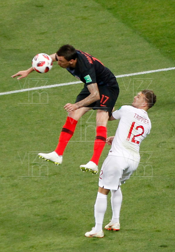 MOSCU - RUSIA, 11-07-2018: Mario MANDZUKIC (Izq) jugador de Croacia disputa el balón con Kieran TRIPPIER (Der) jugador de Inglaterra durante partido de Semifinales por la Copa Mundial de la FIFA Rusia 2018 jugado en el estadio Luzhnikí en Moscú, Rusia. / Mario MANDZUKIC (L) player of Croatia fights the ball with Kieran TRIPPIER (R) player of England during match of Semi-finals for the FIFA World Cup Russia 2018 played at Luzhniki Stadium in Moscow, Russia. Photo: VizzorImage / Julian Medina / Cont