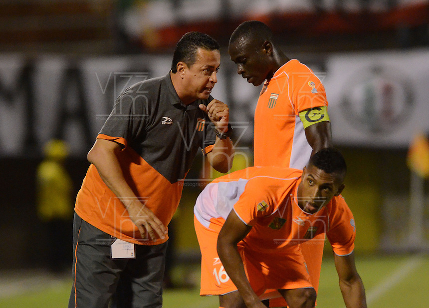 ENVIGADO- COLOMBIA -22-04-2016: Juan C Sanchez (Izq.), tecnico de Envigado FC, da instrucciones a Johnny Mosquera (Cent.) jugador de Envigado, durante partido Envigado FC y Once Caldas por la fecha 14 de la Liga Aguila I 2016, en el estadio Polideportivo Sur de la ciudad de Envigado. /  Juan C Sanchez (L), coach of Envigado FC, gives instructions to Johnny Mosquera (C), plyer of Envigado, during a match Envigado FC and Once Caldas for the date 14 of the Liga Aguila I 2016 at the Polideportivo Sur stadium in Envigado city. Photo: VizzorImage / Leon Monsalve / Cont.