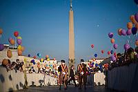 Fedeli in Piazza San Pietro durante la veglia di preparazione con le famiglie in occasione della giornata della famiglia. Faithful at Saint Peter's square during the Family Day prayer.