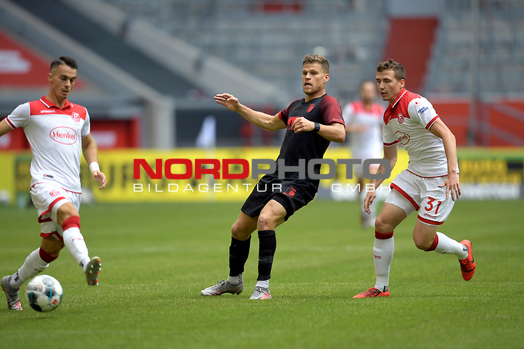 v.re:Marcel SOBOTTKA (Duesseldorf),<br />Florian NIEDERLECHNER  (FC Augsburg),Erik THOMMY  (Fortuna Duesseldorf),<br />Aktion,Zweikampf.<br /><br />Fussball 1. Bundesliga, 33.Spieltag, Fortuna Duesseldorf (D) -  FC Augsburg (A), am 20.06.2020 in Duesseldorf/ Deutschland. <br /><br />Foto: AnkeWaelischmiller/Sven Simon/ Pool/ via Meuter/Nordphoto<br /><br /># Editorial use only #<br /># DFL regulations prohibit any use of photographs as image sequences and/or quasi-video #<br /># National and international news- agencies out #
