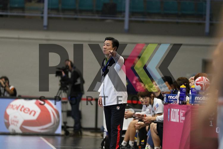 Kolding (DK), 07.12.15, Sport, Handball, 22th Women's Handball World Championship, Vorrunde, Gruppe C, S&uuml;d Korea-Frankreich Lim Young Chul (S&uuml;d Korea, Trainer)<br /> <br /> Foto &copy; PIX-Sportfotos *** Foto ist honorarpflichtig! *** Auf Anfrage in hoeherer Qualitaet/Aufloesung. Belegexemplar erbeten. Veroeffentlichung ausschliesslich fuer journalistisch-publizistische Zwecke. For editorial use only.