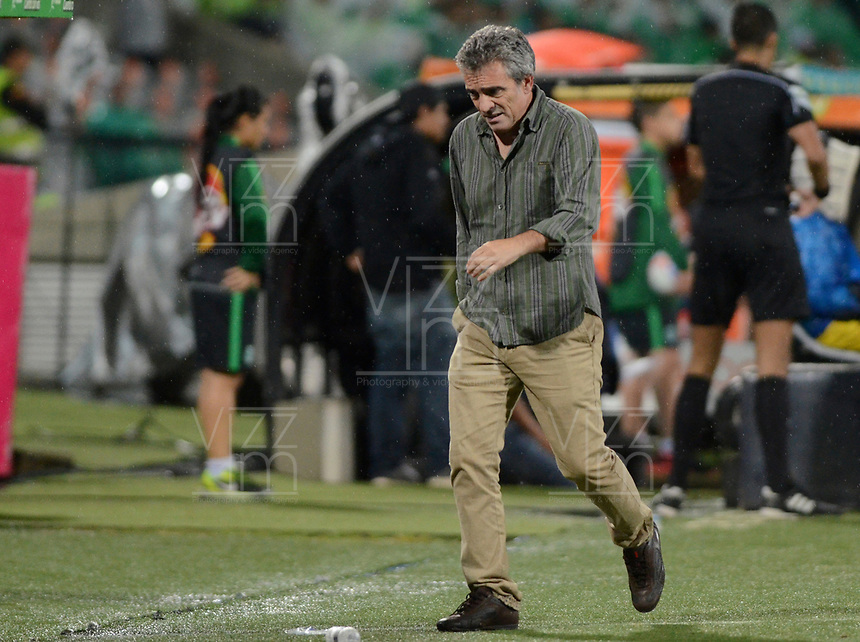 MEDELLÍN - COLOMBIA, 16-08-2017: Juan Manuel Lillo técnico de Atlético Nacional gesticula durante partido con América de Cali  por la date 8 de la Liga Águila II 2017 jugado en el estadio Atanasio Girardot de la ciudad de Medellín. / Juan Manuel Lillo coach of Atletico Nacional gestures match against America de Cali  for the date 8 of the Aguila League II 2017 at Atanasio Girardot stadium in Medellin city. Photo: VizzorImage/León Monsalve/Cont
