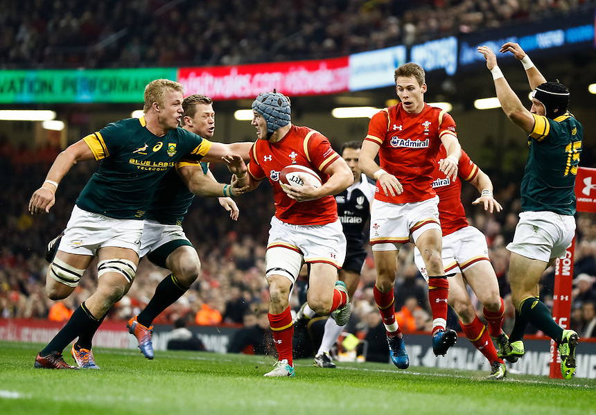 Wales' Jonathan Davies makes a break<br /> <br /> Photographer Simon King/CameraSport<br /> <br /> International Rugby Union Friendly - Wales v South Africa - Saturday 26th November 2016 - Principality Stadium - Cardiff<br /> <br /> World Copyright &copy; 2016 CameraSport. All rights reserved. 43 Linden Ave. Countesthorpe. Leicester. England. LE8 5PG - Tel: +44 (0) 116 277 4147 - admin@camerasport.com - www.camerasport.com