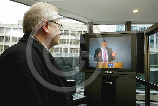 BRUSSELS-BELGIUM - 22 January 2003-- Press conference of Commissioner Franz FISCHLER on the EU-Commission adopting a package of proposals to reform the Common Agricultural Policy (CAP).-- Risto VOLANEN Secretary General of COPA / COGECA watching the press conferens of Agriculture Commissioner Franz FISCHLER on a TV screen in the lobby of the EU- Commission. -- PHOTO: JUHA ROININEN / EUP-IMAGES