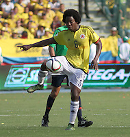 BARRANQUILLA  - COLOMBIA - 8-10-2015: Carlos Sanchez jugador de la seleccion Colombia  disputa el balon con  la seleccion Peru durante primer partido  por por las eliminatorias al mundial de Rusia 2018 jugado en el estadio Metropolitano Roberto Melendez  / :Carlos Sanchez player of Colombia  fights for the ball with of selection of Peru during first qualifying match for the 2018 World Cup Russia played at the Estadio Metropolitano Roberto Melendez. Photo: VizzorImage / Felipe Caicedo / Staff.