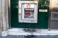 BARCELONA, ESPANHA, 29 DE MARCO DE 2012 - GREVE GERAL NA ESPANHA - Caixa eletronico é destrido durante manifestçãoonde milhares de pessoas tomam a Praca de Catalunha na regiao central de Barcelona, onde diversos sindicatos e organizacoes nao governamentais protestam contra a crise europeia, e os cortes de emprego, nesta quinta-feira, 29. (FOTO: VANESSA CARVALHO / BRAZIL PHOTO PRESS).