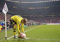 FUSSBALL  DFB-POKAL  VIERTELFINALE  SAISON 2012/2013    FC Bayern Muenchen - Borussia Dortmund          27.02.2013 Marco Reus (Borussia Dortmund) legt sich den Ball an der Eckfahne zurecht.