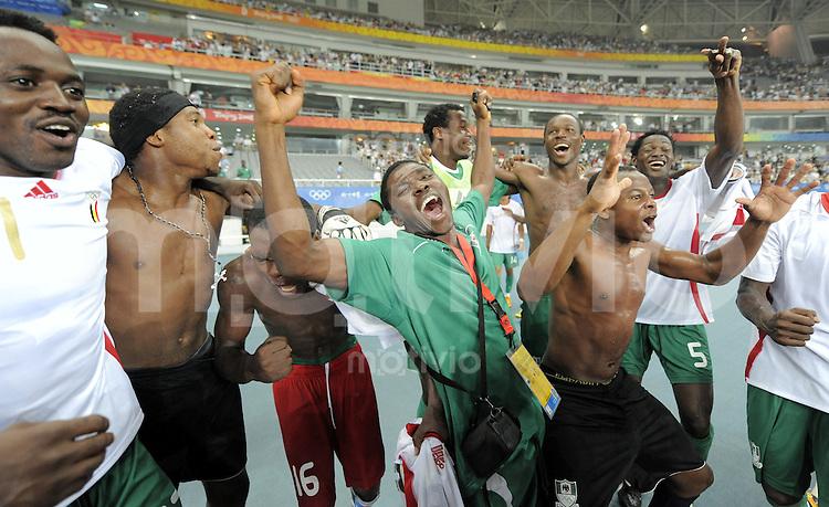 Olympia 2008  Peking  Fussball  Maenner  Halbfinale  19.08.2008 Nigeria - Belgien Die Spieler Nigerias jubeln nach dem 4:1 Sieg.