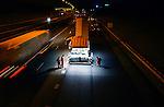 GORINCHEM - Nachtelijke wegwerkzaamheden op een veilig van het verkeer afgesloten wegvak door in veiligheidskleding gestoken wegwerkers bewapend met meetlat, bezem en veiligheidsschoenen op de snelweg A15, kruising A27. ANP PHOTO COPYRIGHT TON BORSBOOM
