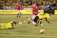 BARRANQUILLA -COLOMBIA- 11 -10-2013. James Rodriguez (Der) de Colombia disputa el balon  contra el aguardameta que comete falta  Claudio Bravo  (Izq) de  Chile ,partido correspondiente para las eliminatorias al mundial de Brasil 2014 disputado en el estadio Metropolitano de Barranquilla   / James Rodriguez (Der) in Colombia dispute the ball against goalkeeper Claudio Bravo who fouls (L) of Chile, to the qualifying game for the World Cup Brazil 2014 match at the Metropolitano stadium in Barranquilla  .Photo: VizzorImage / Felipe Caicedo /  Felipe Caicedo /  Satff
