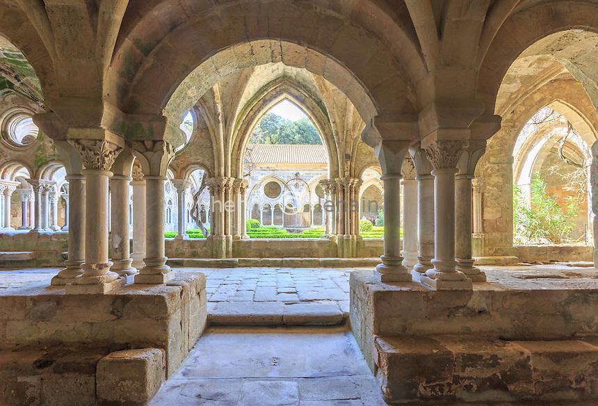 France, Aude (11), Narbonne, Abbaye Sainte-Marie de Fontfroide, le cloître vu de la salle du chapitre // France, Aude, Narbonne, Fontfroide Abbey, the cloister seen from the chapter house