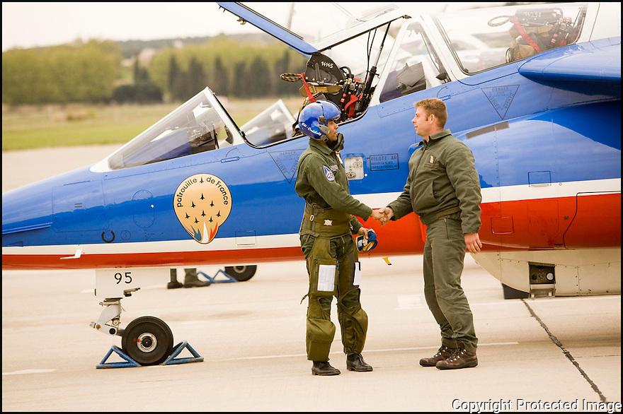 -2008-Salon de Provence- Patrouille de France, retour du vol du Commandant Fabien Coulibaly, leader de la Patrouille de France. Débriefing avec son mécanicien le Sergent-chef Michaël Berrier.