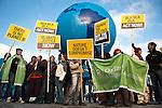 """Des membres de l'ONG anglaise Oxfam se devant le parlement avant la manifestation qui a rassemblé environ 100,000 personnes à Copenhague le 12/12/2009 sous le thème """"Changeons le système pas le climat""""."""