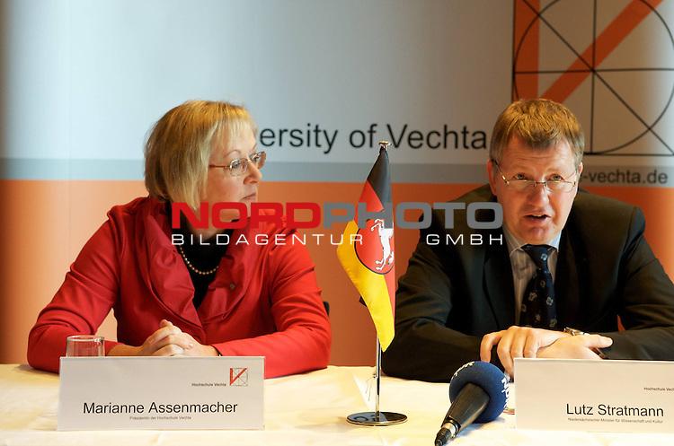 UNiversit&auml;t Vechta - Die Landesrregierung hat auf Vorschlag von Minister Stratmann der Namens&auml;nderung sowie einer entsprechenden &Auml;nderung des Nieders&auml;chsichen Hochshculgesetzes zugestimmt.<br /> <br /> Foto: Marianne Asenmacher  - Pr&auml;sidentin der UNi Vechta sowie Minister Lutz Stratmann, Minister f&uuml;r Kultur und Wissenschaft<br /> <br /> Foto: &copy; nph ( nordphoto )