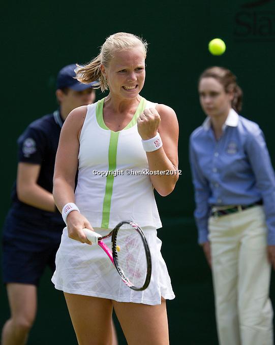26-06-12, England, London, Tennis , Wimbledon, Kiki Bertens bald haar vuist je heeft zojuist de als 19e geplaatste Lucie Safarova verslagen
