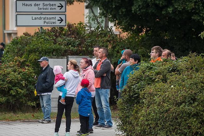 Rechte demonstrieren in Bautzen gegen Fluechtlinge.<br /> Am Sonntag den 18. September 2016 versammelten sich im saechsischen Bautzen ca. 120 Rechte zu einem Kundgebung mit anschliessender Demonstration um gegen Fluechtlinge zu demonstrieren. Sie riefen Parolen gegen Fluechtlinge und gegen Angela Merkel und beschimpften Medienvertreter als &quot;Volksverraeter&quot;.<br /> Nach Aussagen von Anwohnern waren nur etwa 15 Teilnehmer aus Bautzen. Bautzener Rechtsextreme hatten zuvor aufgerufen, sich vorerst nicht an Demonstrationen zu beteiligen, bis ein von ihnen an die Stadtverwaltung gestelltes Ultimatum, zu Loesung der Fluechtlingsfrage verstrichen ist.<br /> Im Bild: Rechte beobachten eine antirassistische Demonstration, die durch Bautzen zieht.<br /> 18.9.2016, Bautzen/Sachsen<br /> Copyright: Christian-Ditsch.de<br /> [Inhaltsveraendernde Manipulation des Fotos nur nach ausdruecklicher Genehmigung des Fotografen. Vereinbarungen ueber Abtretung von Persoenlichkeitsrechten/Model Release der abgebildeten Person/Personen liegen nicht vor. NO MODEL RELEASE! Nur fuer Redaktionelle Zwecke. Don't publish without copyright Christian-Ditsch.de, Veroeffentlichung nur mit Fotografennennung, sowie gegen Honorar, MwSt. und Beleg. Konto: I N G - D i B a, IBAN DE58500105175400192269, BIC INGDDEFFXXX, Kontakt: post@christian-ditsch.de<br /> Bei der Bearbeitung der Dateiinformationen darf die Urheberkennzeichnung in den EXIF- und  IPTC-Daten nicht entfernt werden, diese sind in digitalen Medien nach &sect;95c UrhG rechtlich geschuetzt. Der Urhebervermerk wird gemaess &sect;13 UrhG verlangt.]