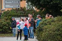 """Rechte demonstrieren in Bautzen gegen Fluechtlinge.<br /> Am Sonntag den 18. September 2016 versammelten sich im saechsischen Bautzen ca. 120 Rechte zu einem Kundgebung mit anschliessender Demonstration um gegen Fluechtlinge zu demonstrieren. Sie riefen Parolen gegen Fluechtlinge und gegen Angela Merkel und beschimpften Medienvertreter als """"Volksverraeter"""".<br /> Nach Aussagen von Anwohnern waren nur etwa 15 Teilnehmer aus Bautzen. Bautzener Rechtsextreme hatten zuvor aufgerufen, sich vorerst nicht an Demonstrationen zu beteiligen, bis ein von ihnen an die Stadtverwaltung gestelltes Ultimatum, zu Loesung der Fluechtlingsfrage verstrichen ist.<br /> Im Bild: Rechte beobachten eine antirassistische Demonstration, die durch Bautzen zieht.<br /> 18.9.2016, Bautzen/Sachsen<br /> Copyright: Christian-Ditsch.de<br /> [Inhaltsveraendernde Manipulation des Fotos nur nach ausdruecklicher Genehmigung des Fotografen. Vereinbarungen ueber Abtretung von Persoenlichkeitsrechten/Model Release der abgebildeten Person/Personen liegen nicht vor. NO MODEL RELEASE! Nur fuer Redaktionelle Zwecke. Don't publish without copyright Christian-Ditsch.de, Veroeffentlichung nur mit Fotografennennung, sowie gegen Honorar, MwSt. und Beleg. Konto: I N G - D i B a, IBAN DE58500105175400192269, BIC INGDDEFFXXX, Kontakt: post@christian-ditsch.de<br /> Bei der Bearbeitung der Dateiinformationen darf die Urheberkennzeichnung in den EXIF- und  IPTC-Daten nicht entfernt werden, diese sind in digitalen Medien nach §95c UrhG rechtlich geschuetzt. Der Urhebervermerk wird gemaess §13 UrhG verlangt.]"""