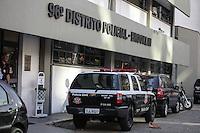 SAO PAULO,SP, 19.08.2015 - CRIME-SP - Quadrilha acusada de assaltar em saída de banco é presa em São Paulo nesta quarta-feira,19. Com a quadrilha foram presas, três motos, dois automoveis e um revólver calibre 38 e uma pistola 380. O caso foi registrado no 96º DP do Brooklin. (Foto: Douglas Pingituro / Brazil Photo Press)