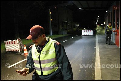 Genève, le 06.05.2006.Les gardes frontières filtrent et contrôles les différents véhicules de passage par ce village frontalier avec la France..© J.-P. Di Silvestro / Le Courrier