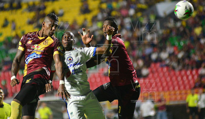 IBAGUE - COLOMBIA, 14-04-2019: Luis González y Julián Quiñones de Deportes Tolima disputan el balón con Geisson Perea de Deportivo Pasto, durante partido entre Deportes Tolima y Deportivo Pasto, de la fecha 15 por la Liga Águila I 2019, jugado en el estadio Manuel Murillo Toro de la ciudad de Ibague. / Luis Gonzalez and Julian Quiñones of  Deportes Tolima vie for the ball with Geisson Perea of Deportivo Pasto, during a match between Deportes Tolima and Deportivo Pasto of the 15th date for the Aguila League I 2019, played at Manuel Murillo Toro stadium in Ibague city. Photo: VizzorImage / Juan Carlos Escobar / Cont.