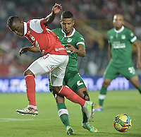 BOGOTÁ -COLOMBIA, 15-02-2014. Jefferson Cuero (Izq.) jugador de Independiente Santa Fe disputa el balón con Fainer Torijano (Der.) jugador del Deportivo Cali durante partido de la quinta fecha de la Liga Postobon I 2014, jugado en el estadio Nemesio Camacho El Campin de la ciudad de Bogota. / Jefferson Cuero (L) player of Independiente Santa Fe vies for the ball with Fainer Torijano (R) players of Deportivo Cali during a match for the fifth date of the Liga Postobon I 2014 at the Nemesio Camacho El Campin Stadium in Bogota city. Photo: VizzorImage/ Gabriel Aponte / Staff