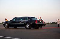 Aussenminister Guido Westerwelle (FDP) winkt am Dienstag (18.06.13) am Flughafen Tegel in Berlin Berlin, der US-amerikanische Praesident Barack Obama, der in seiner Limosine davon fährt. Foto: Axel Schmidt/CommonLens