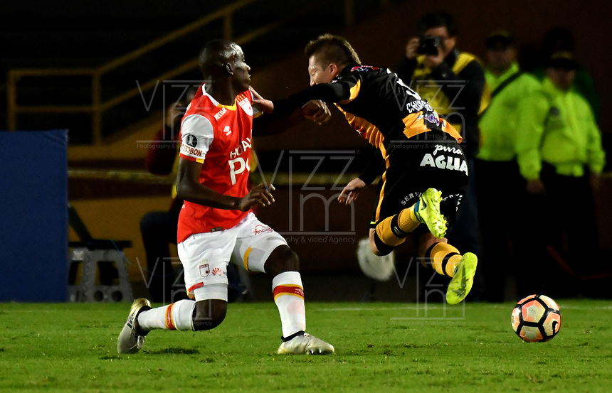 BOGOTA - COLOMBIA – 23 – 05 - 2017: Dairon Mosquera (Izq.) jugador de Independiente Santa Fe, disputa el balon con Alejandro Chumacero (Der.) jugador de The Strongest, durante partido entre Independiente Santa Fe de Colombia y The Strongest de Bolivia, de la fase de grupos, grupo 2, fecha 6 por la Copa Conmebol Libertadores Bridgestone 2017, en el estadio Nemesio Camacho El Campin, de la ciudad de Bogota. / Dairon Mosquera (L) player of Independiente Santa Fe, fights for the ball with Alejandro Chumacero (R) player of The Strongest during a match between Independiente Santa Fe of Colombia and The Strongest of Bolivia, of the group stage, group 2 of the date 6th, for the Conmebol Copa Libertadores Bridgestone 2017 at the Nemesio Camacho El Campin in Bogota city. VizzorImage / Luis Ramirez / Staff.