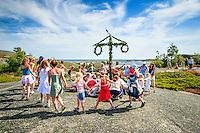 Midsommardans på Hallskär i  Stockholms ytterskärgård. / Midsummer dance at Hallskär in the Stockholm archipelago Sweden.
