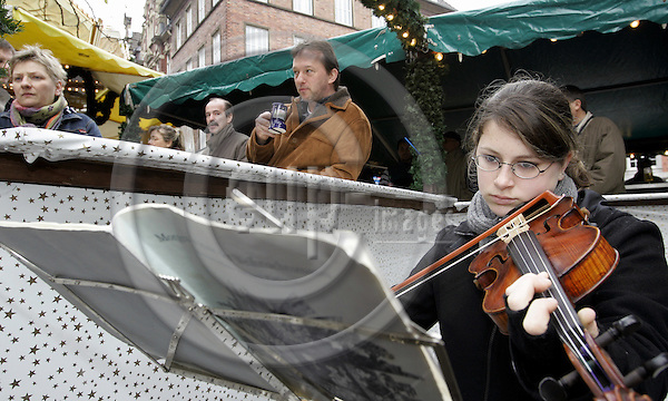 AACHEN - GERMANY - 27 - NOVEMBER - 2004 -- The Aachen Christmas market is visited 1.5 million visitors every year. -- A young girl playing violin for the entertainment of the X-mas market visitors.-- PHOTO:  JUHA ROININEN / EUP-IMAGES
