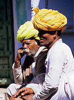 India, Rajasthan, Pushkar: Portrait of two local men in turbans | Indien, Rajasthan, Pushkar: Portrait zweier Einheimischer mit Turban