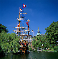 Denmark, Zealand, Copenhagen: Tivoli Gardens and the pirate ship restaurant, Pirateriet | Daenemark, Insel Seeland, Kopenhagen: Der Tivoli, ein weltbekannter Vergnuegungs- und Erholungspark, das Piratenschiff Restaurant - Pirateriet