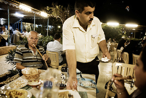 Children and families enjoy the evening at the Chatila Bros restaurant, near the Corniche in Beirut.<br /> <br /> Des familles au restaurant Chatila Bros, &agrave; c&ocirc;t&eacute; de la Corniche &agrave; Beyrouth.
