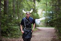 20140805 Vilda-l&auml;ger p&aring; Kragen&auml;s. Foto f&ouml;r Scoutshop.se<br /> scout, g&aring;, skog, stig, vikingahj&auml;lm, dag