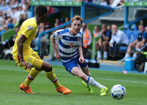22.08.2015. Reading, England. Skybet Championship. Reading versus MK Dons. Stephen Quinn of Reading knocks the ball forward