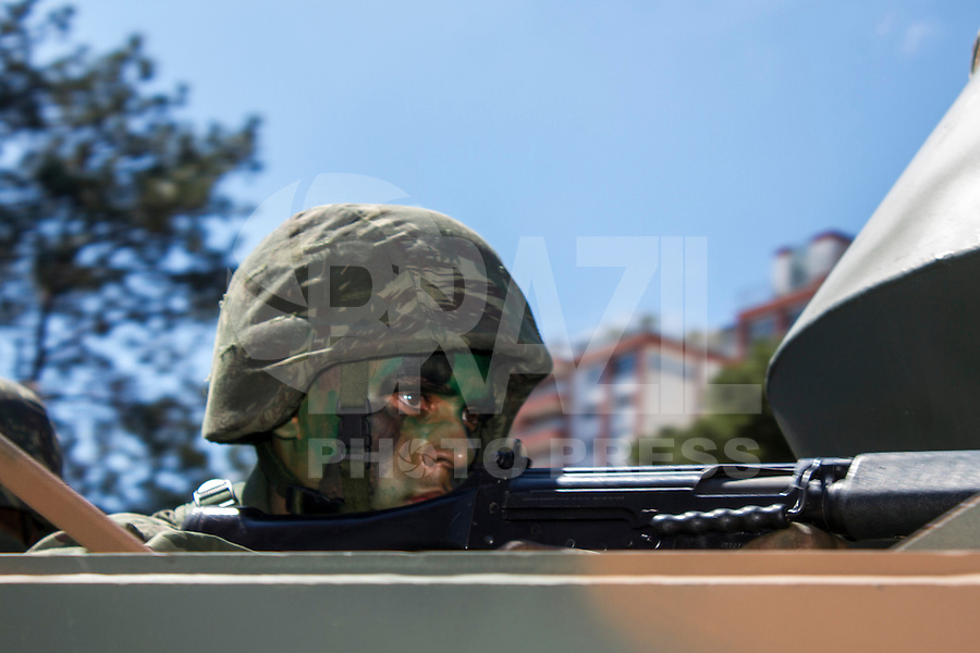 CURITBA, PR, 07.09.2013 - 7 DE SETEMBRO / Saltado do exército Brasileiro atento no tradicional desfile de 7 de setembro na capital paranaense. Paulo Lisboa/Brazil Photo Press).