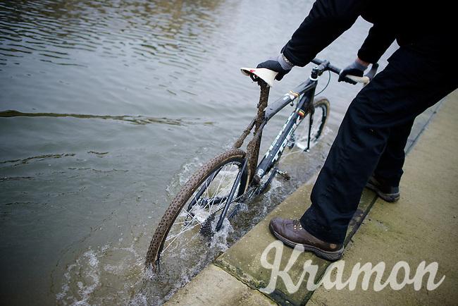 how to clean Sven Nys' (BEL/Crelan-AAdrinks) Trek Boone cross bike<br /> <br /> Druivencross Overijse 2014