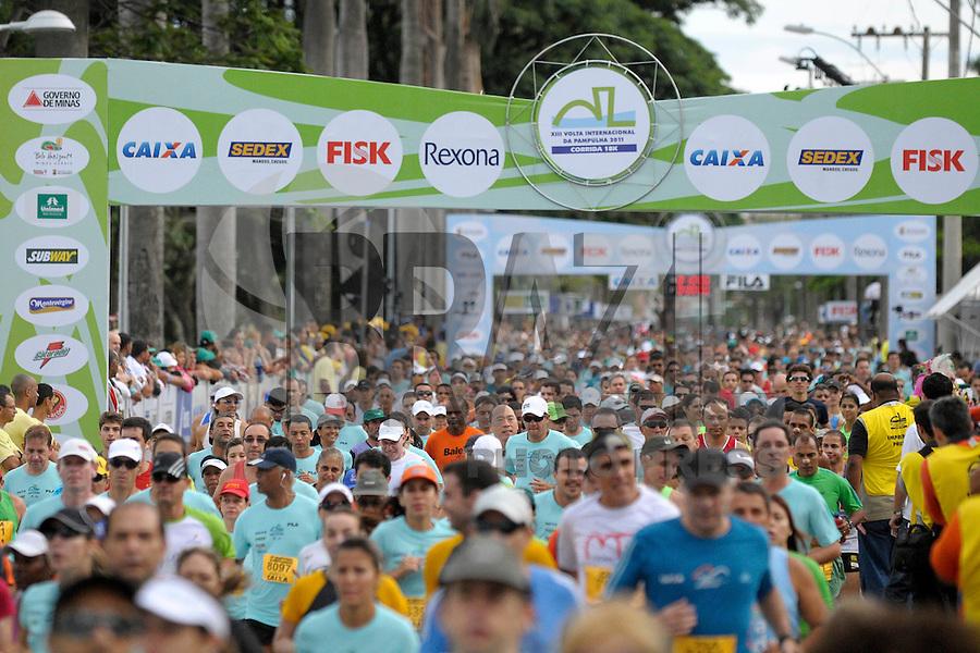 BRASIL, BELO HORIZONTE/MG - 04/12/2011 - Largada geral durante a XIII Volta Internacional da Pampulha, realizada neste domingo em Belo Horizonte/MG. Foto: Douglas Magno / News Free